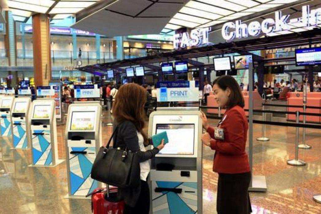 KEMUDAHAN TERKINI: Penumpang pesawat SIA dan SilkAir boleh memanfaatkan khidmat daftar masuk yang lebih pantas dan fleksibel yang sudah beroperasi dalam peringkat percubaan di Changi semalam. - Foto CHANGI AIRPORT GROUP