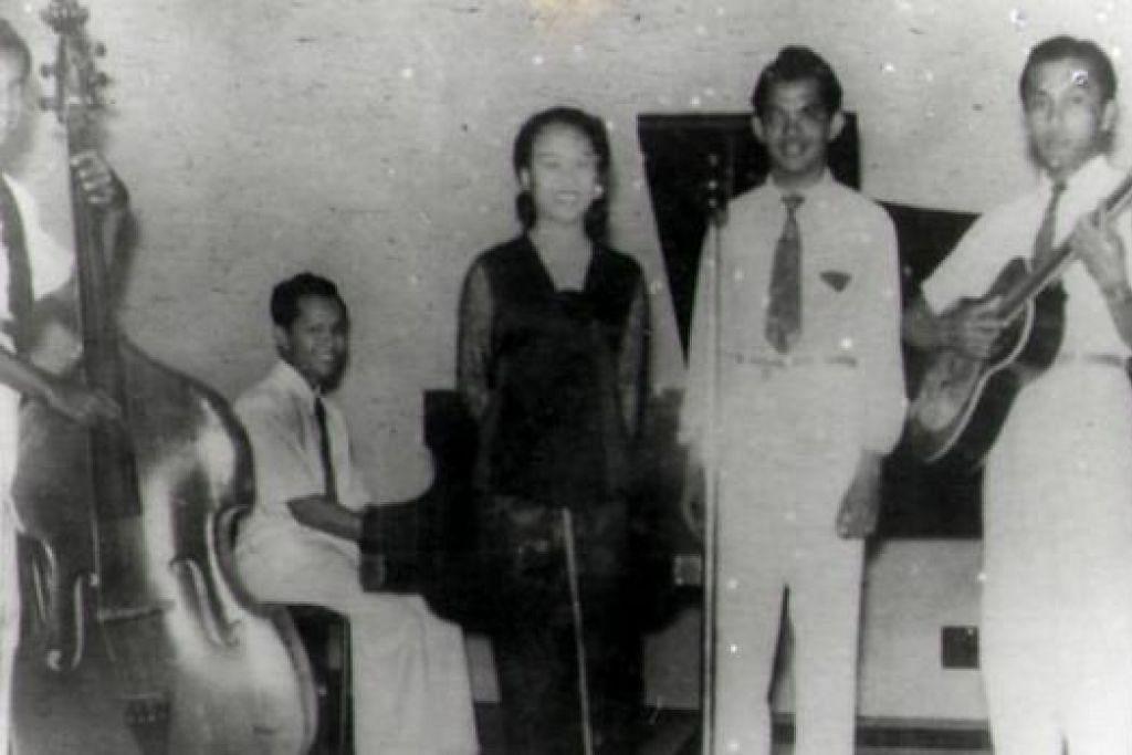 ZAMAN GEMILANG: Penyanyi Nona Asiah (tengah) berdiri di sebelah suaminya yang juga seorang pemuzik, Ismail Kassim (empat dari kiri), bersama teman-teman pemuzik lain.