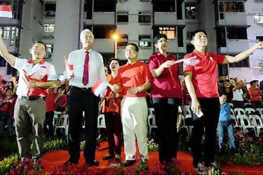MUNGKIN DICALONKAN: Inilah pasukan PAP yang mungkin bertanding di GRC Marine Parade dalam pilihan raya akan datang yang terdiri daripada (dari kiri) Encik Seah, Encik Goh, Encik Tong, Profesor Madya Fatimah dan Encik Tan. Namun Encik Goh belum mengumumkan sekiranya beliau akan bertanding lagi kali ini atau tidak. - Foto MPARADER