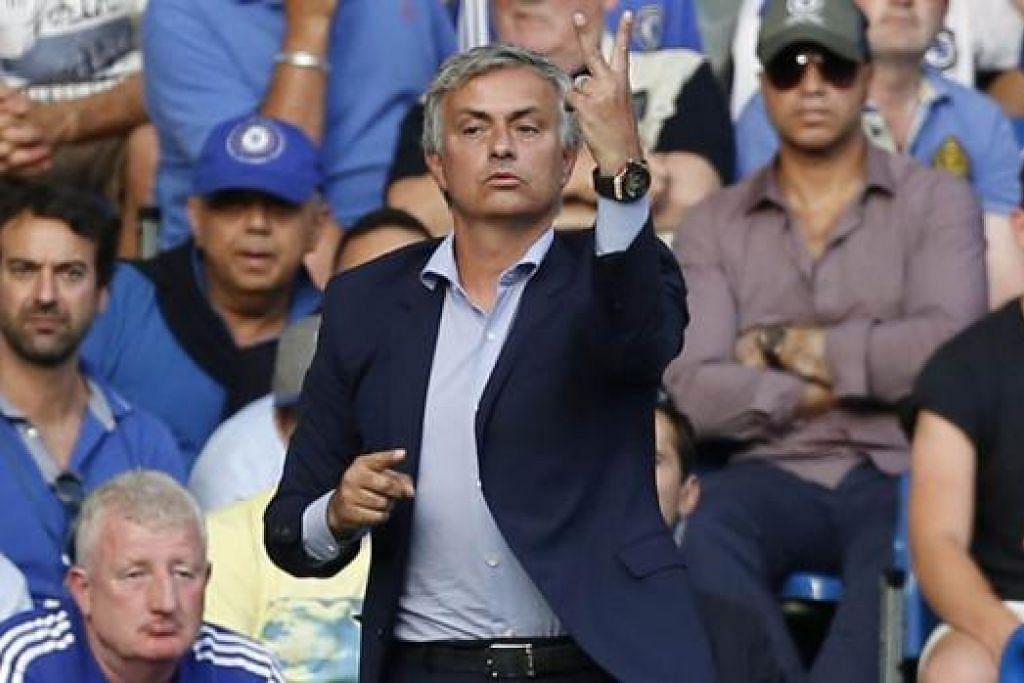 SUKAR LARI DARIPADA KONTROVERSI: Pengurus Chelsea, Jose Mourinho, salahkan orang lain, kecuali para pemainnya semasa seri 2-2 dengan Swansea pada Sabtu lalu. - Foto AFP