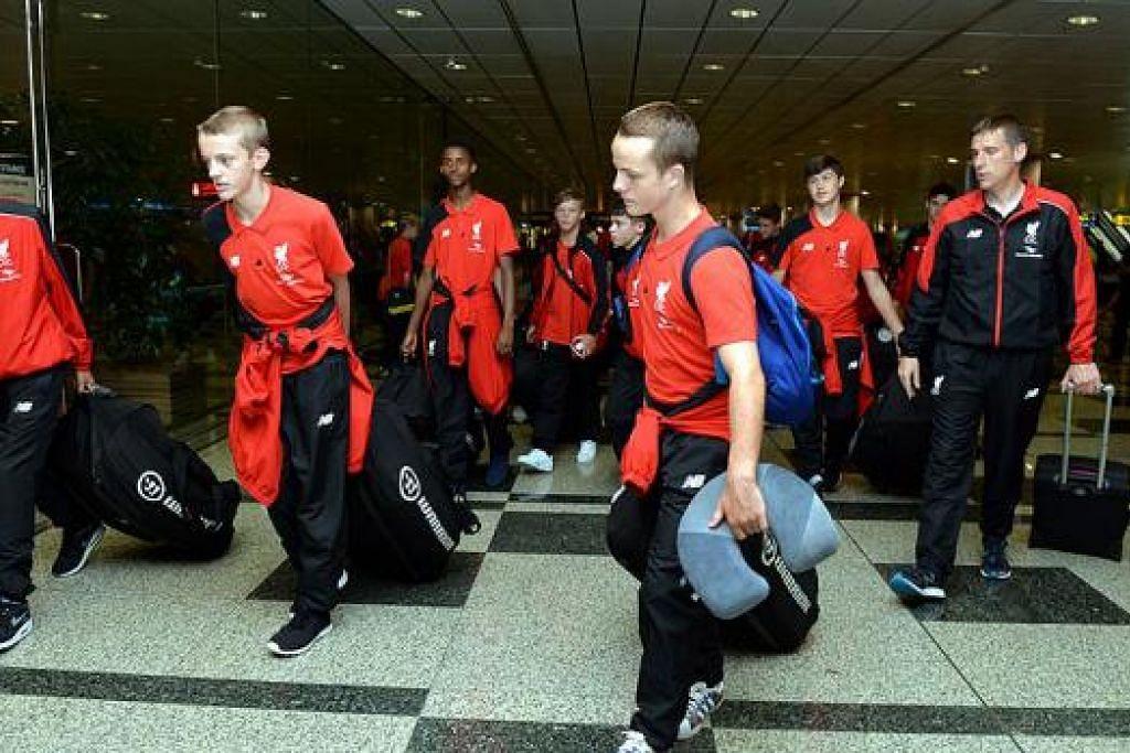 BERSEMANGAT: Skuad Akademi Liverpool bimbingan jurulatih Nicholas Marshall (kanan), yang tiba di sini petang kelmarin, berazam beraksi 'cara Liverpool' di kejohanan ini. - Foto M.O. SALLEH