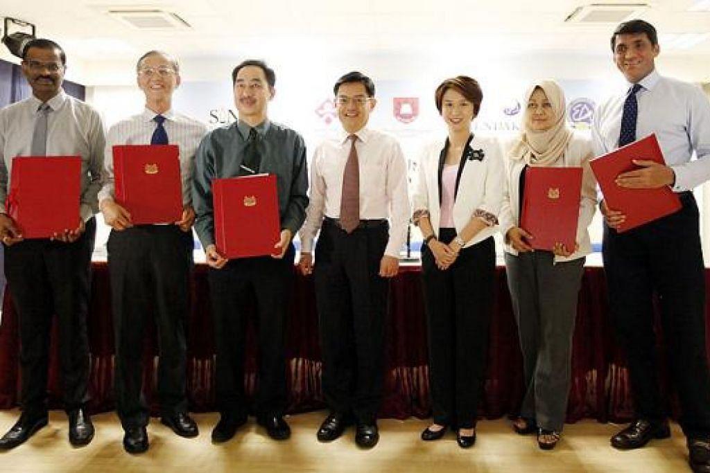GABUNGAN TENAGA: (Dari kiri) Encik Kumaran Barathan, CEO Sinda; Encik Goh Chim Khim, Pengarah Eksekutif CDAC; Encik Wong Siew Hoong, Ketua Pengarah Pendidikan; Encik Heng Swee Keat; Cik Low Yen Ling; Cik Tuminah Sapawi, CEO Mendaki; dan Encik Benett Theseira, Presiden EA; menghadiri majlis menandatangani MOU bagi kerjasama antara MOE dengan empat badan bantu diri itu. - Foto MOE