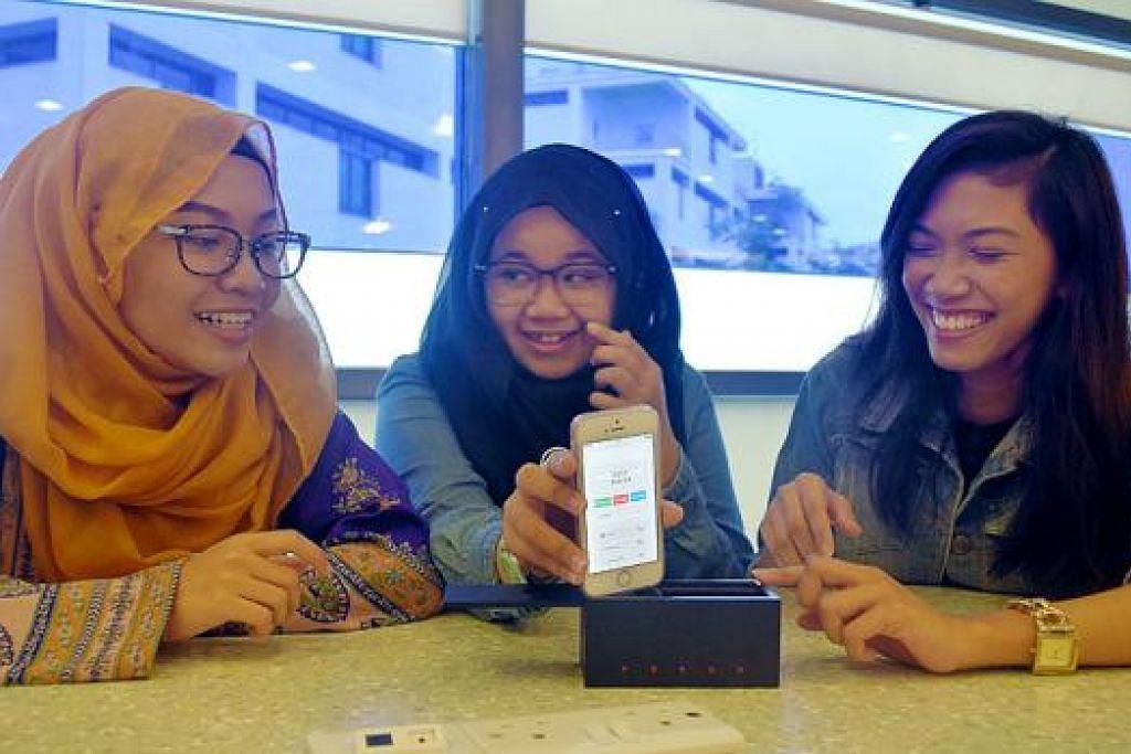 TENAGA ALTERNATIF: (Dari kiri) Cik Zainab, Cik Nur Izzabella dan Cik Farah Nadhirah menunjukkan tenaga bunyi yang boleh menghidupkan lampu LED. - Foto HAKIM YUSOF