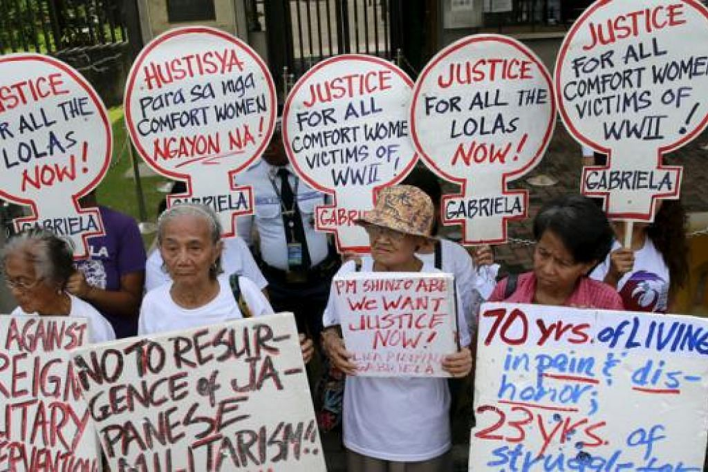 TAGIH KEMAAFAN: Wanita Filipina yang telah menjadi hamba seks tentera Jepun mengadakan bantahan di depan kedutaan Jepun di Manila semalam bagi meminta Jepun memohon maaf selain membayar pampasan. - Foto REUTERS