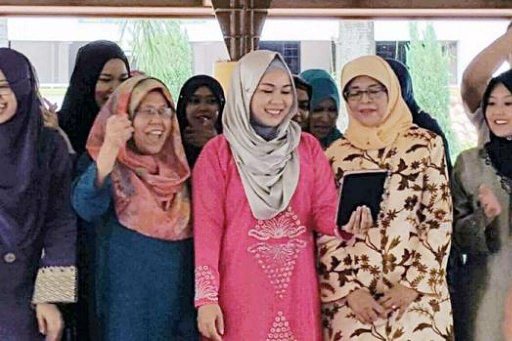 HARGAI SETIAP SUMBANGAN: Cik Halimah Yacob (dua dari kanan) menghargai iltizam sukarelawan dalam menjadikan matlamat Kelab Heal suatu kenyataan. Bersamanya ialah kakitangan dan sukarelawan Kelab Heal serta pendatang baru Parti Tindakan Rakyat (PAP), Cik Rahayu Mahzam (kanan), yang dijangka menggantikan Cik Halimah di kawasan undinya. - Foto CLUB HEAL