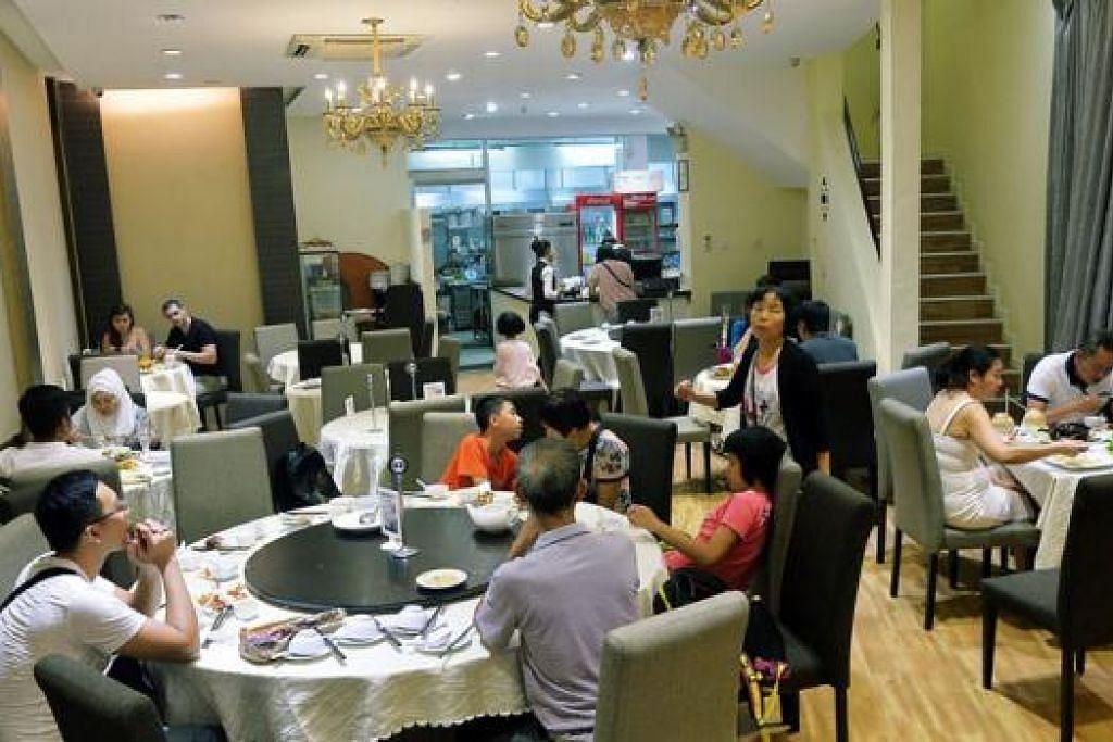 SUASANA SELESA DI TENGAH TUMPUAN ORANG MELAYU: Tidak kira anda datang bersama keluarga, teman istimewa atau rakan, Home of Seafood di Joo Chiat Place sesuai dijadikan ruang menjamu selera. - Foto-foto KHALID BABA