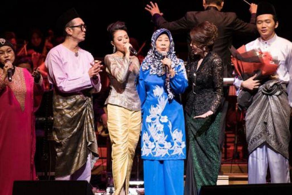 SUARA LUNAK 'SI CEMPAKA BIRU': Biduanita legenda, Nona Asiah (empat dari kiri), dipujuk pengacara Najip Ali (dua dari kiri), untuk menyanyikan beberapa bait lagu popularnya, 'Cempaka Biru'. Bersamanya ialah anggota keluarga dan artis yang menjayakan konsert penghormatan kelmarin. – Foto-foto ESPLANADE