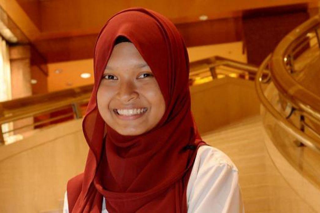 JATUH CINTA DENGAN BIDANG MARITIM: Nurul Ain Amran, 17 tahun, tertarik dengan bidang kelautan yang membuka matanya kepada operasi pelabuhan Singapura. Beliau menerima biasiswa MaritimeONE daripada Akademi Maritim Singapura. – Foto TUKIMAN WARJI