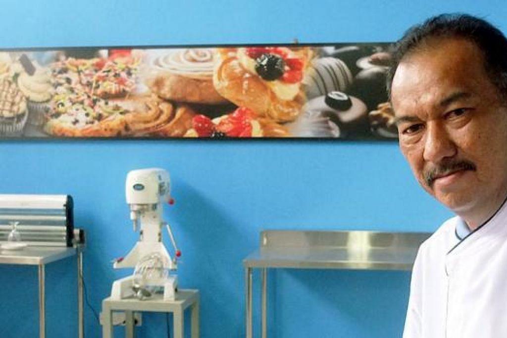 SEBAR ILMU PIZA: Selain mengendalikan bisnes piza beku, Encik Mohamad Yusof Kamarudin, seorang usahawan dari Singapura, membangunkan Pizza University di Batam yang mengajar secara terperinci sains menghasilkan piza. Ia bertempat di Politeknik Pelancongan Batam dan adalah universiti piza pertama bertaraf antarabangsa di Asia yang menawarkan kursus, antara lain, cara menyiapkan tepung piza. - Foto-foto KHALID BABA