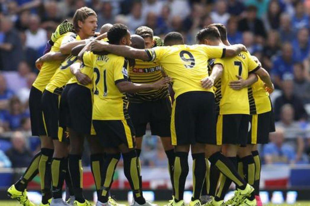 BERSATU HATI: Para pemain Watford bersatu hati sebelum wisel mula perlawanan pembukaannya menentang Everton minggu lalu. Mereka membuktikan kemampuan bersaing di peringkat elit bola sepak England dengan menyekat Everton 2-2. - Foto REUTERS