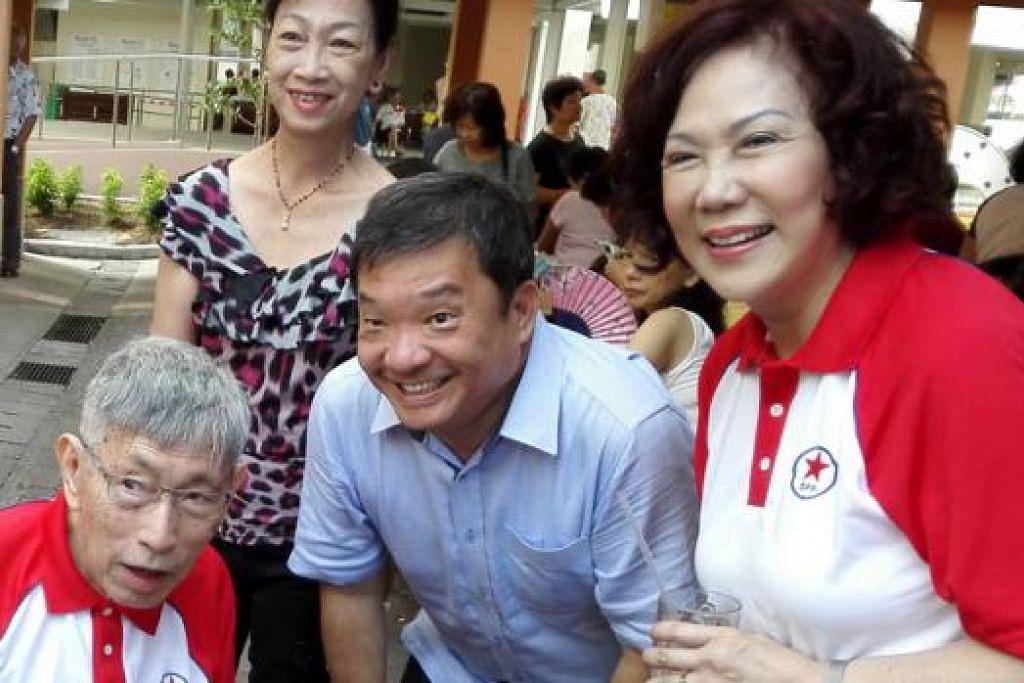 MASIH BERBINCANG: Ketua Parti Rakyat Singapura (SPP) Cik Lina Chiam (kanan) mahu menyertakan tiga calon dalam pasukan gabungan SPP dan Parti Progresif Demokratik (DPP) untuk bertanding di GRC Bishan-Toa Payoh. Kelihatan dalam gambar ialah (dari kiri) Encik Chiam See Tong dan AP Potong Pasir Encik Sitoh Yi Pin - Foto fail