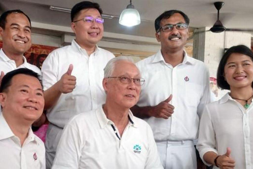 MANFAATKAN NASIHAT: Pengerusi PAP bagi GRC Aljunied (berdiri) Encik Shamsul, Encik Chua, Encik K Muralidharan Pillai, Cik Chan dan Encik Victor (kiri) berharap dapat memanfaatkan nasihat Encik Goh sekiranya mereka dipilih. - Foto HAKIM YUSOF