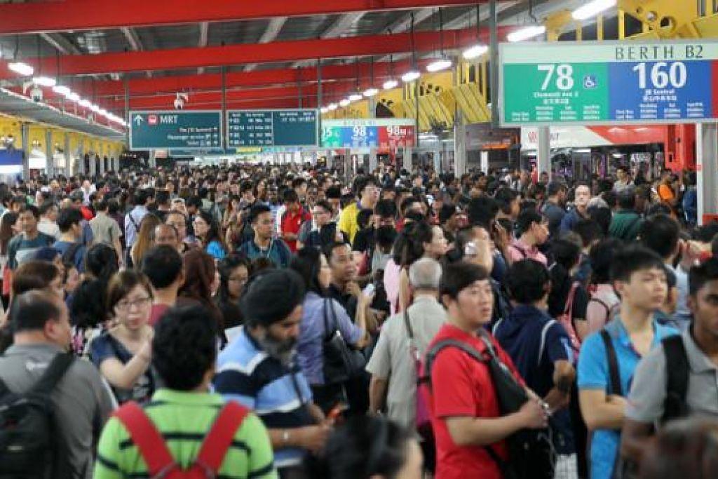 SESAK: Orang ramai membanjiri pusat pertukaran bas Jurong East apabila MRT tergendala di waktu petang pada 7 Julai lalu. LTA dan pengendali bas telah membaiki langkah memberi respons kepada gangguan MRT, termasuk menambah khidmat bas dan memperkenalkan khidmat bas sambungan. - Foto fail