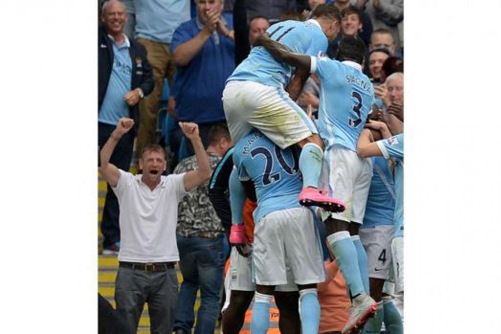 MENANG HEBAT: Kapten pasukan, Vincent Kompany (terselindung), dikerumuni rakan-rakannya sebaik menyumbatkan gol kedua Manchester City. - Foto AFP