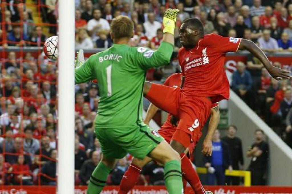 WIRA PASUKAN: Pemain Liverpool, Christian Benteke (jersi merah), menyumbatkan gol kemenangan pasukan barunya ke atas Bournemouth dinihari semalam. - Foto REUTERS