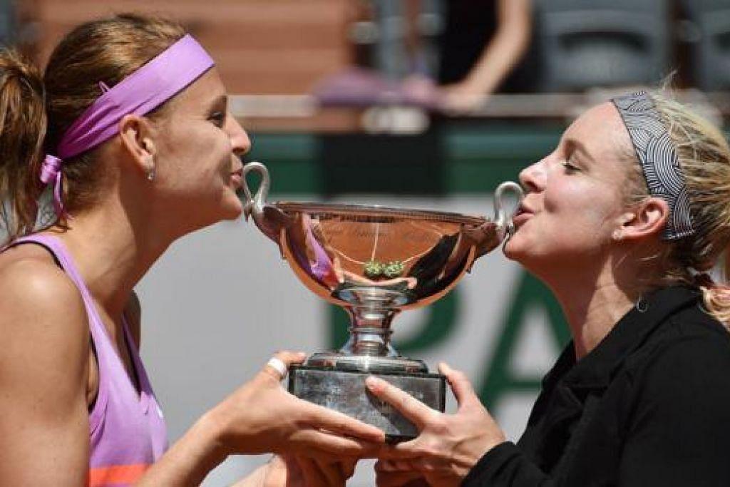 GANDINGAN HEBAT: Bethanie Mattek-Sands (paling kanan) dan Lucie Safarova mencium trofi kejuaraan Terbuka Perancis yang dimenangi mereka di Rolland Garros pada Jun lalu. - Foto AFP