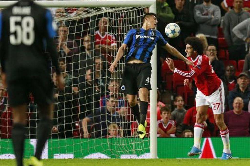 Marouane Fellaini menjaringkan gol ketiga Manchester United - Gambar Reuters