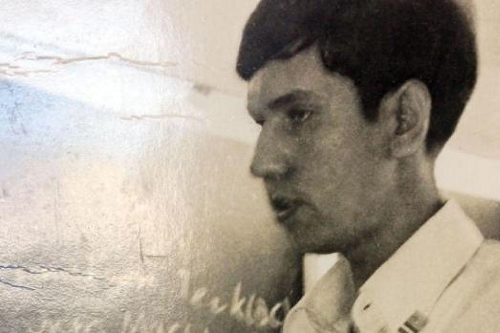 GIAT SEJAK AWAL: Semasa menuntut Encik Alami memegang jawatan presiden Persatuan Bahasa Melayu di Raffles Institution pada awal 1970-an. Semasa di Universiti Singapura pula, Encik Alami aktif bergiat dengan Persatuan Mahasiswa Islam universiti itu.