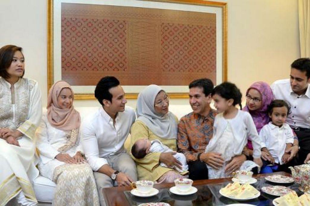 BERSAMA KELUARGA: Encik Alami bersama keluarga. (Dari kiri) Anak menantu, Cik Syaira Syazana; anak, Cik Nur Afiyah; anak, Encik Mohammad Adzfar; isteri, Cik Rukaiyah yang memegang cucu Syed Jibril; cucu, Nur Hana (bersama Encik Alami); anak, Cik Nur Farhan bersama cucu Syed Mikael; serta anak menantu, Encik Syed Abbas. – Foto JOHARI RAHMAT