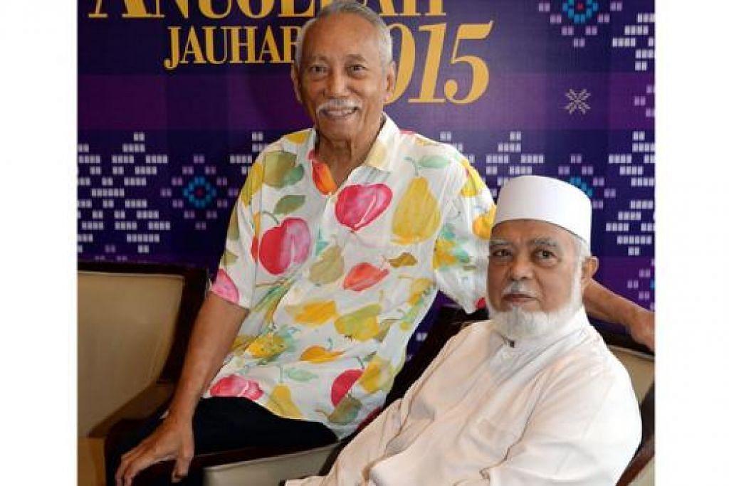 SUMBANGAN DIHARGAI: Pelukis batik tersohor Encik Sarkasi Said (kiri), dan mantan Mufti, Sheikh Syed Isa Semait, antara tiga yang menerima Anugerah Jauhari Perintis di majlis semalam. - Foto JOHARI RAHMAT