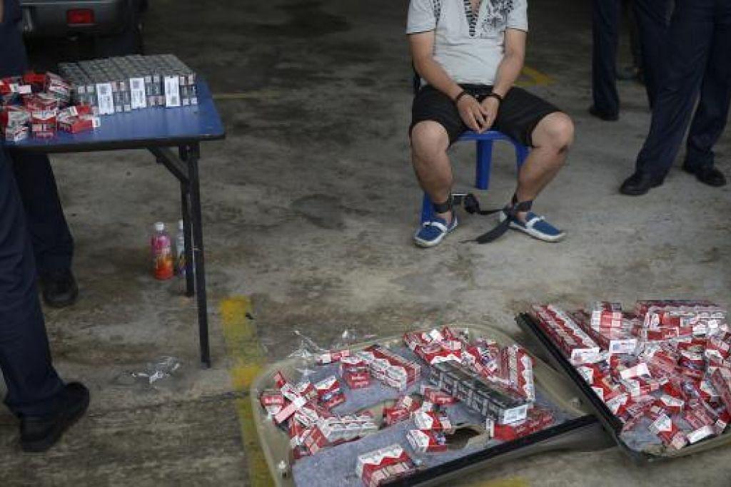 Seorang lelaki ditahan di Pusat Pemeriksaan Woodlands selepas 941 bungkus rokok kontraban ditemui dalam keretanya yang berdaftar di Malaysia pada Mac lalu. Gambar The Straits Times