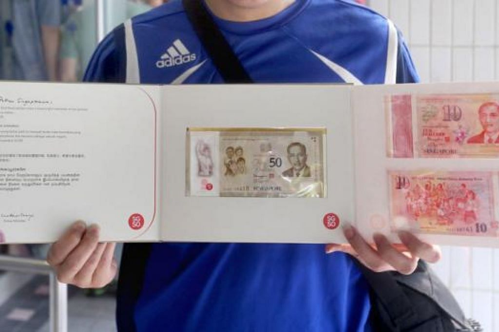 Perdana Menteri Encik Lee Hsien Loong melancarkan set enam wang kertas polimer - sekeping wang kertas $50 dan lima wang kertas $10.