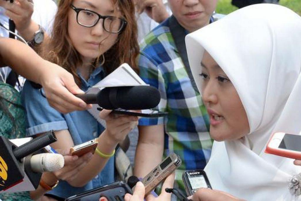 CALON BARU: Cik Rahayu kelihatan selesa berdepan dengan media semasa diperkenalkan sebagai calon pasukan GRC Jurong. - Foto TAUFIK A. KADER