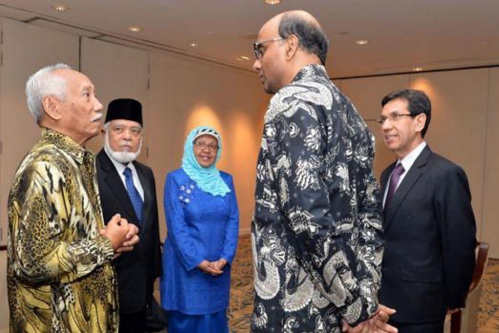 PEMENANG ANUGERAH: (Dari kiri) Encik Sarkasi Said; Sheikh Syed Isa Semait; Cik Shahrulbariah, anak Dr Muhd Ariff Ahmad; Encik Tharman Shanmugaratnam; dan Encik Mohd Alami Musa berbual sementara menantikan acara dimulakan.