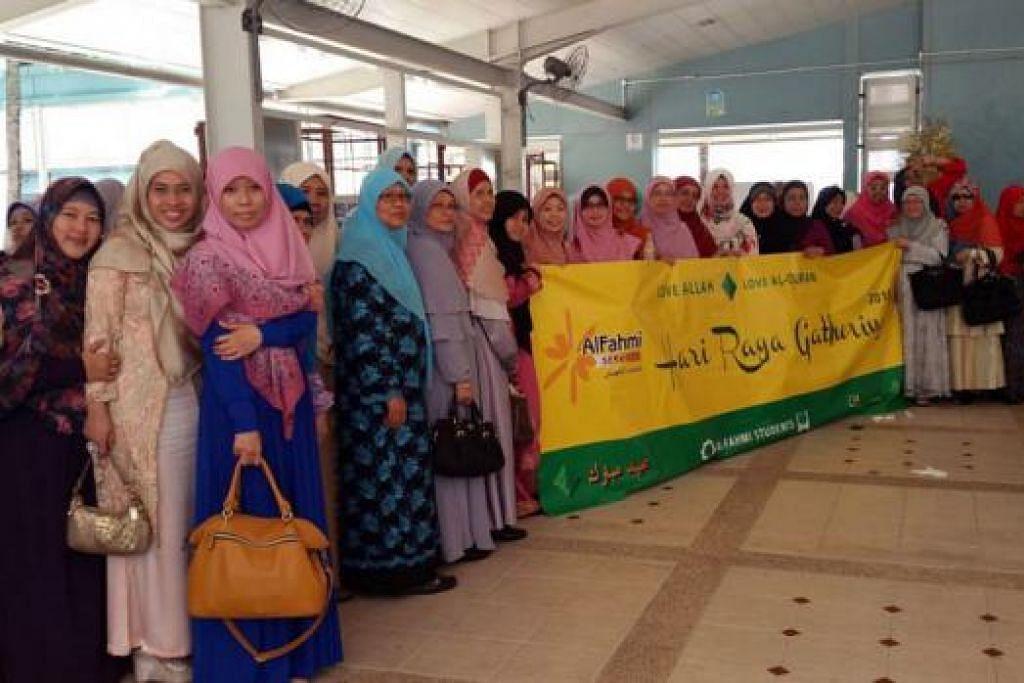 BERSATU DEMI ILMU: Sebahagian daripada 200 pelajar pengajian Al-Quran yang dikendalikan Al Fahmi Services pimpinan Ustaz Syed Nasir Alsagof yang hadir di majlis perjumpaan Hari Raya di Eunos Crescent pada 15 Ogos lalu. - Foto AL FAHMI SERVICES
