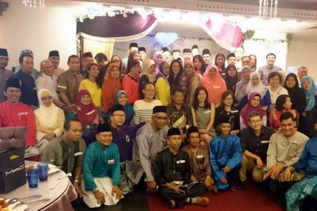 LEPASKAN RINDU: Sebahagian daripada 75 bekas pelajar Sekolah Menengah Monk's Hill yang bertemu semula dalam majlis di Restoran Lagun Sari. - Foto ihsan RAMLAN RASIDI