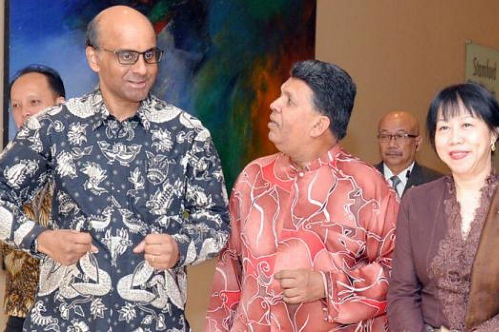 TETAMU TERHORMAT: Timbalan Perdana Menteri, Encik Tharman Shanmugaratnam (kiri), dan isterinya (kanan) diiring Ketua Editor, Kumpulan Media Inggeris/Melayu/Tamil, Encik Patrick Daniel, ke lokasi majlis Anugerah Jauhari 2015.