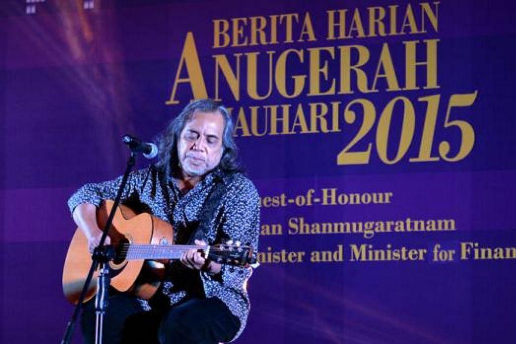 LEGENDA PAPA ROK SINGAPURA: Persembahan istimewa oleh Ramli Sarip memeriahkan lagi suasana majlis dengan lagu-lagu hit klasik beliau seperti Bukan Kerana Nama dan lagu To Love Somebody.
