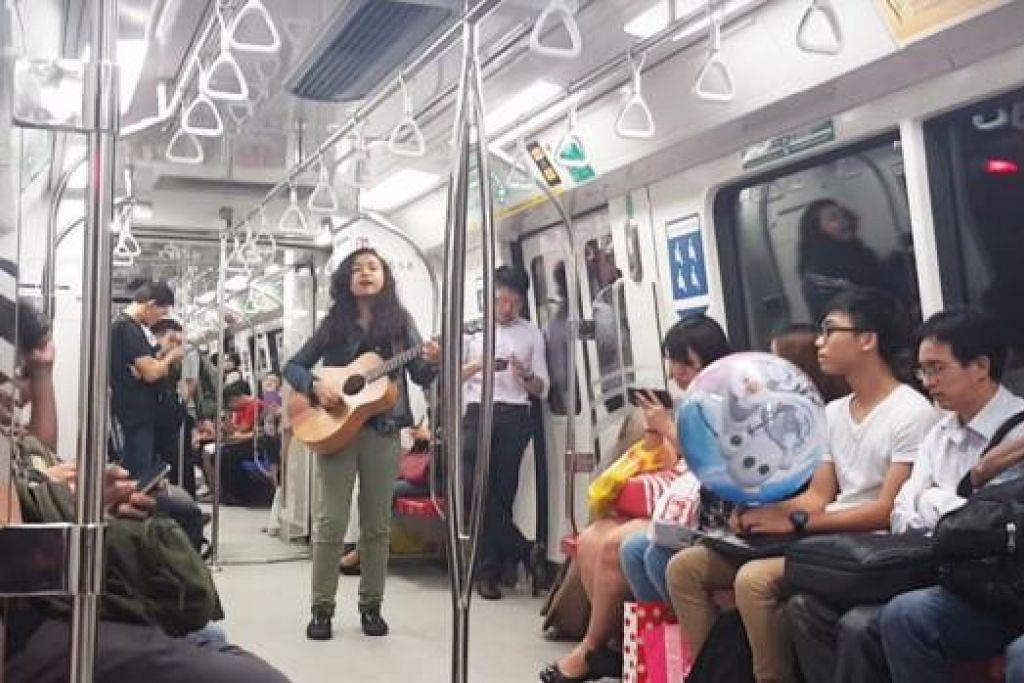BERANI MENERIMA CABARAN: Cik Syazia Abdul Majid memeriahkan suasana bosan dalam MRT dengan menyanyikan lagu sambil bermain gitarnya dalam perjalanan ke stesen Woodlands pada 13 Ogos lalu. - Foto YOUTUBE SYAZIA BP