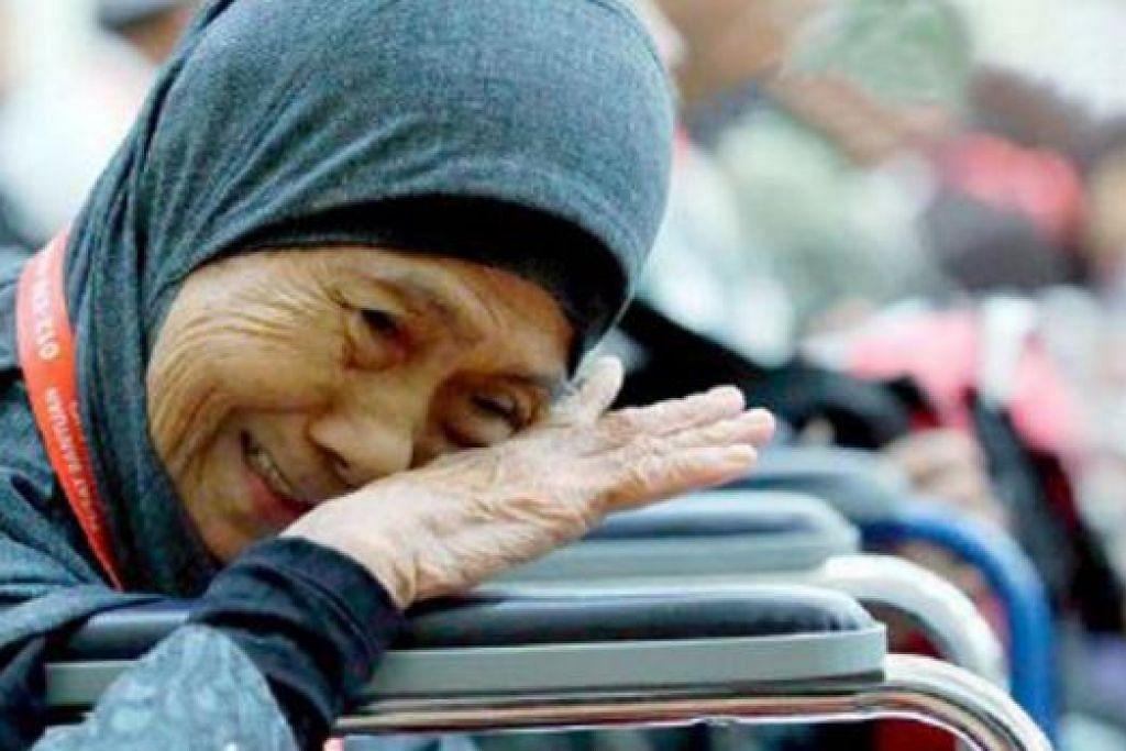 SEBAK KENANGKAN AMANAH SUAMI: Cik Liah dan arwah suaminya mengerjakan sawah padi seluas 1.5 hektar selama 50 tahun untuk kumpul dana kerjakan ibadah haji. – Foto METRO ONLINE