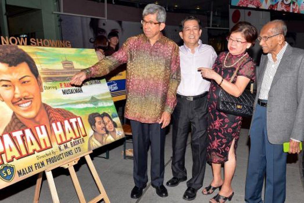 TINJAU KESENIAN PENUH NOSTALGIA: Dr Yaacob Ibrahim (kiri) dan Encik Yusnor Ef (kanan) bersembang dengan pelukis poster wayang lama filem Patah Hati, yang masih aktif berkarya, Encik Ang Hao Sai (dua dari kiri) dan isterinya, Cik Chua Poh Kim. - Foto M.O. SALLEH