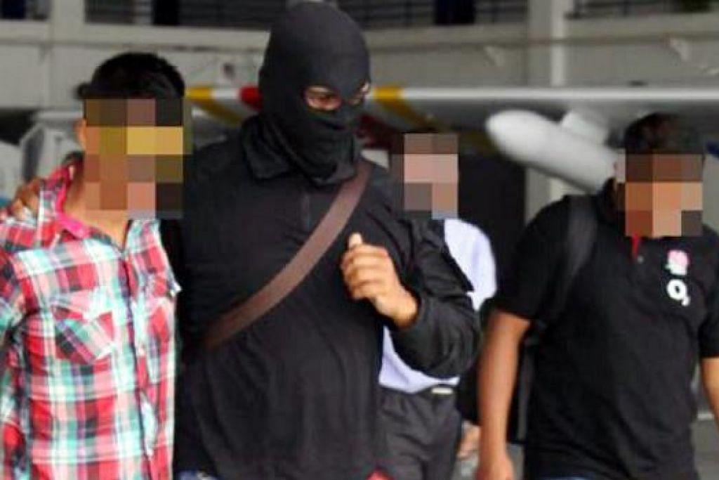 ANTARA SUSPEK: Dua suspek (kiri berbaju kotak-kotak dan berbaju hijau - gambar atas) adalah antara lapan lelaki yang diberkas kerana dipercayai terlibat dalam kegiatan militan IS. - Foto BHM