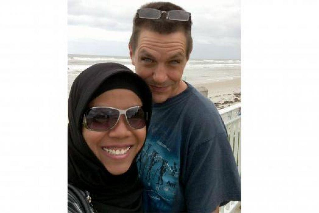 HARGAI SOKONGAN SUAMI: Cik Iskandaria menyifatkan suaminya, Encik Akil Todd Harvey, 49 tahun, sebagai tulang belakang di sebalik hasratnya menimba ilmu walaupun ia memakan masa yang lama.
