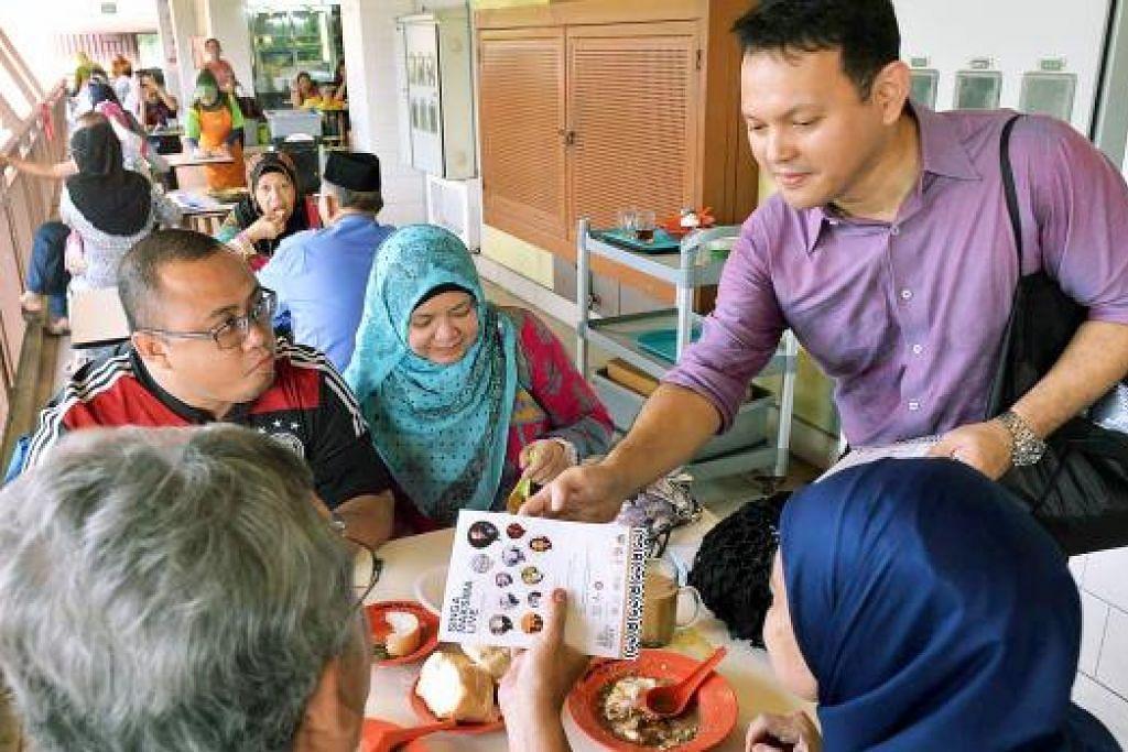 DI AMBANG PELANCARAN: Encik Zaqy menjelaskan kegiatan Bulan Bahasa yang bakal diadakan tahun ini kepada pengunjung Pasar Geylang Serai semalam. - Foto KHALID BABA