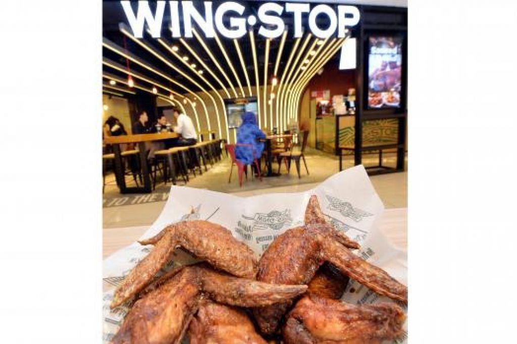 LAZAT: Ayam goreng hanya dimasak sesudah pesanan diambil dan disajikan panas-panas seperti di cawangan City Square Mall ini. - Foto-foto M.O. SALLEH