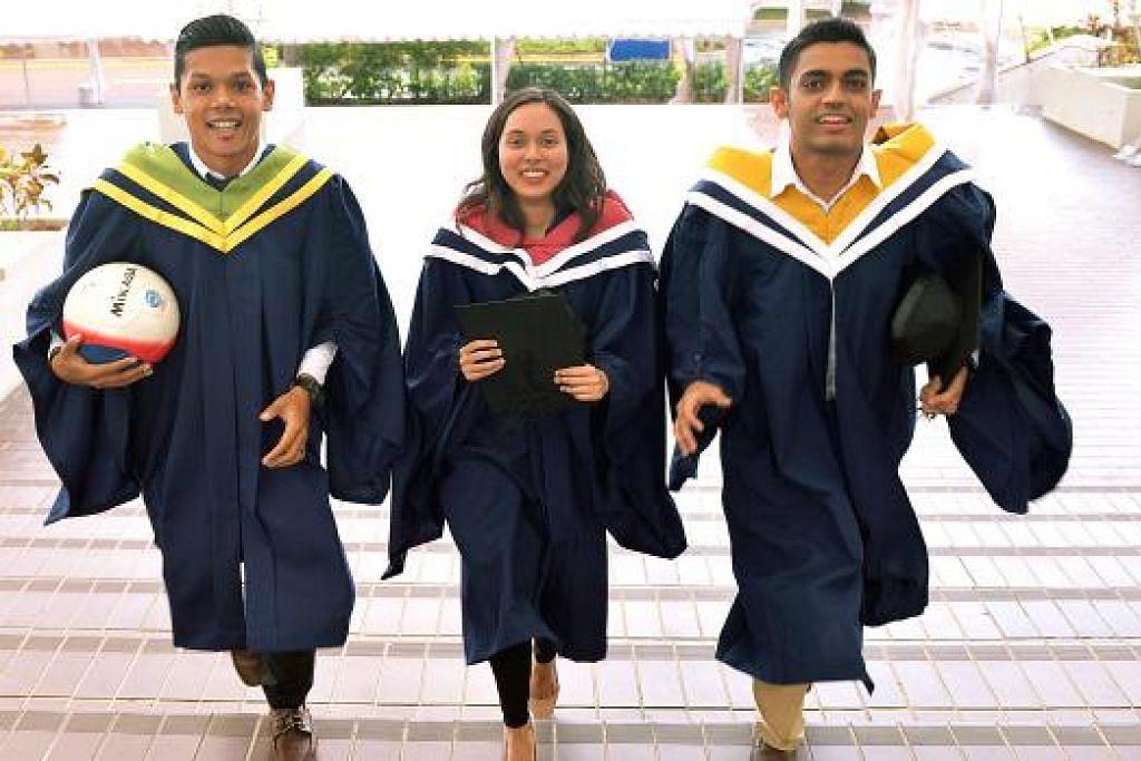 CEMERLANG: Tiga siswazah Melayu Universiti Teknologi Nanyang (NTU) yang mencapai kelulusan cemerlang. Namun, masyarakat Melayu kini perlu bersedia melihat kejayaan lebih daripada menggenggam segulung ijazah. - Foto fail