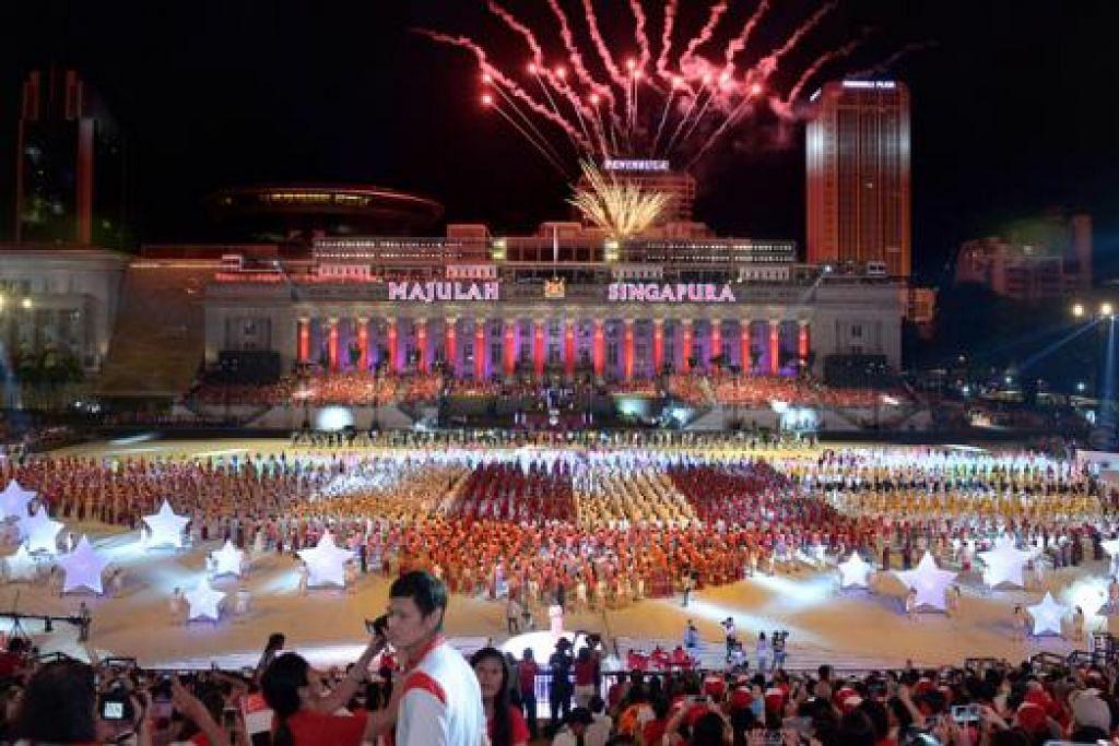 MAJULAH SINGAPURA: Sambutan Hari Kebangsaan sempena Jubli Emas Singapura tahun ini diadakan di Padang dan diraikan dengan begitu gah. - Foto fail THE STRAITS TIMES