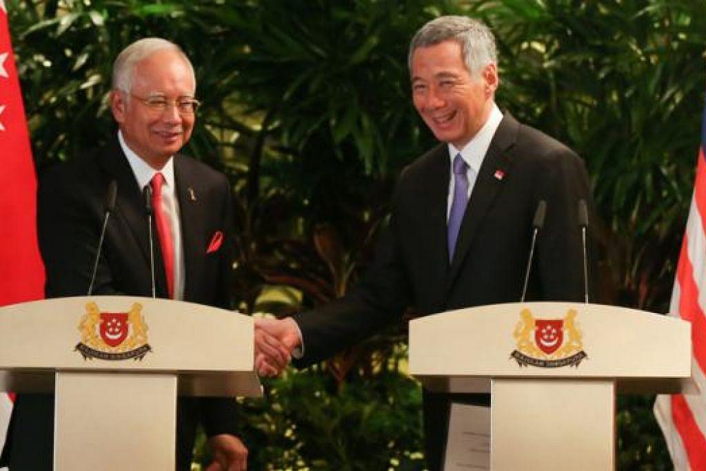 SALING MEMERLUKAN: Encik Lee (kanan) berkata ekoran pergantungan rapat di antara Singapura dengan Malaysia, masalah negara jiran yang dipimpin oleh Datuk Seri Najib dengan mudah boleh menjadi masalah Singapura. - Foto fail