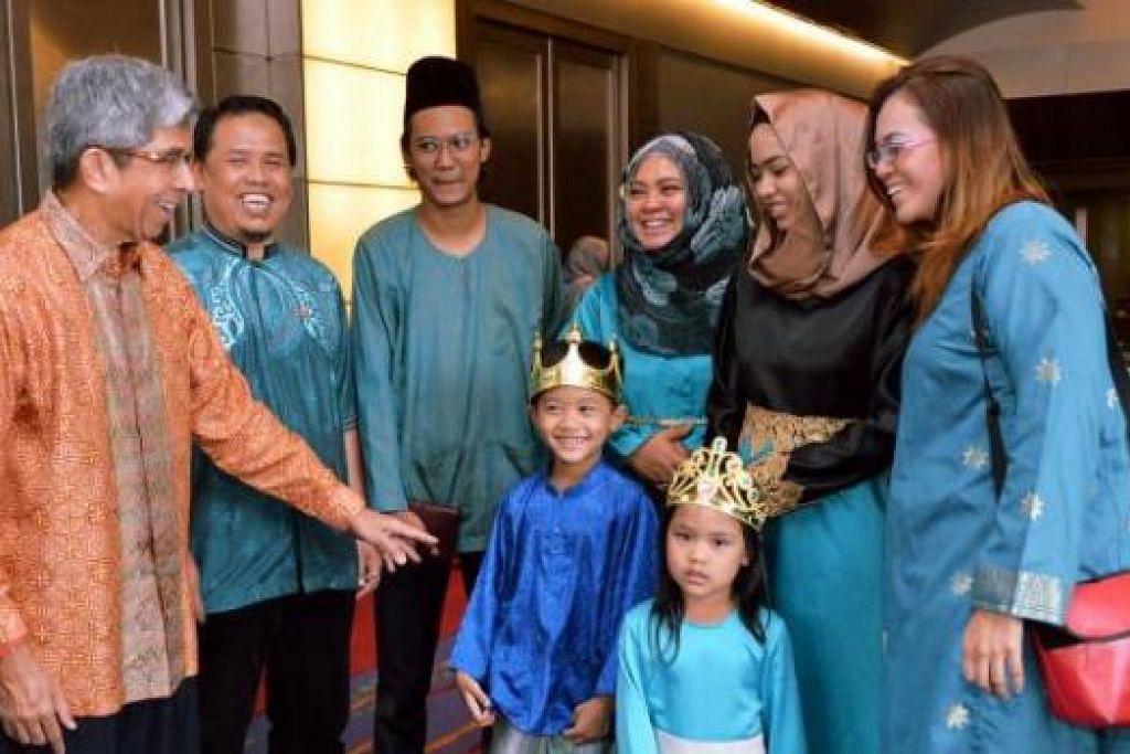 MAMPU BERDIKARI: Dr Yaacob menemui graduan Skim Pengupayaan Sepadu (EPS), Cik Suhana (kanan) dan Encik Abdul Shukur (dua dari kiri), bersama isterinya, Cik Fauziah Misman (tiga dari kanan), serta anak-anak mereka di majlis penyampaian sijil EPS di Hotel Furama City Centre, semalam. - Foto KHALID BABA