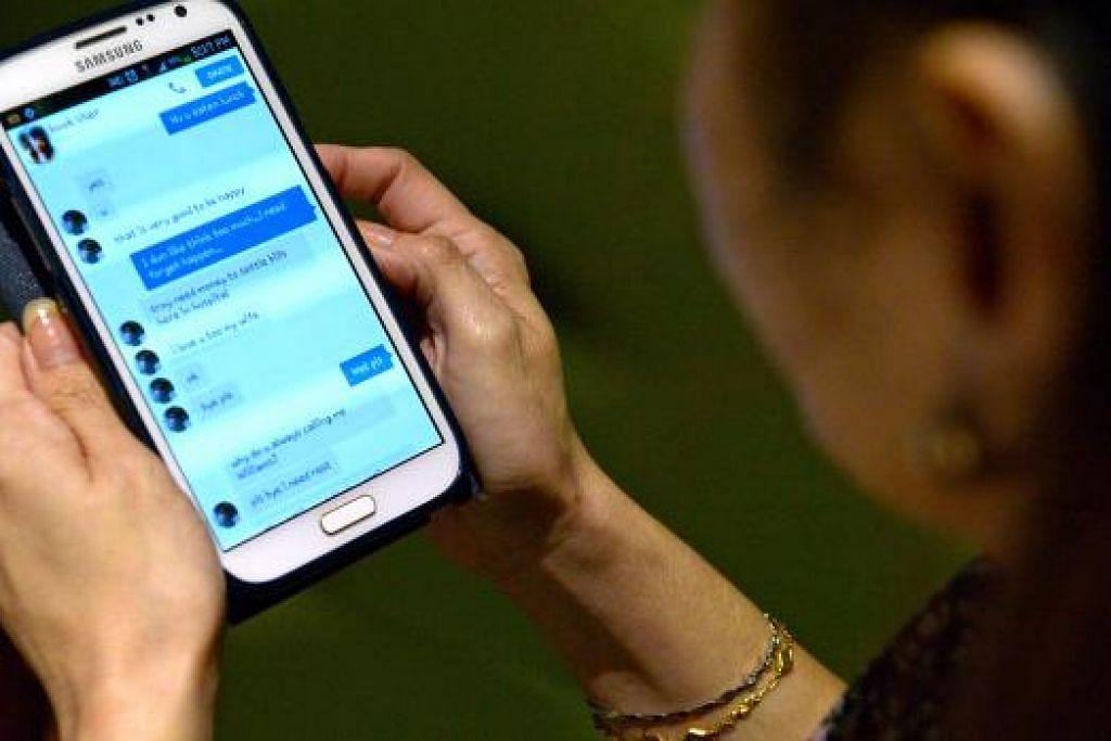 Wanita mangsa cinta Internet ini kehilangan $22,000 selepas terpedaya oleh seorang 'kawan' di Facebook yang berjanji akan berkahwin dengan beliau. Kes ini didedahkan awal tahun ini. Penipuan cinta Internet antara jenayah komersial yang semakin bertambah pada separuh pertama tahun ini. Gambar The Straits Times