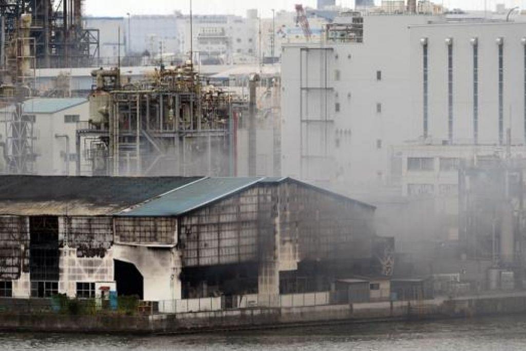 ASAP TEBAL: Asap daripada kebakaran yang berlaku di kilang besi dan keluli syarikat Nippon Steel & Sumitomo Metal yang dapat dilihat sejauh lima kolometer. Bagaimanapun, tiada sebarang kecederaan berlaku. - Foto AFP