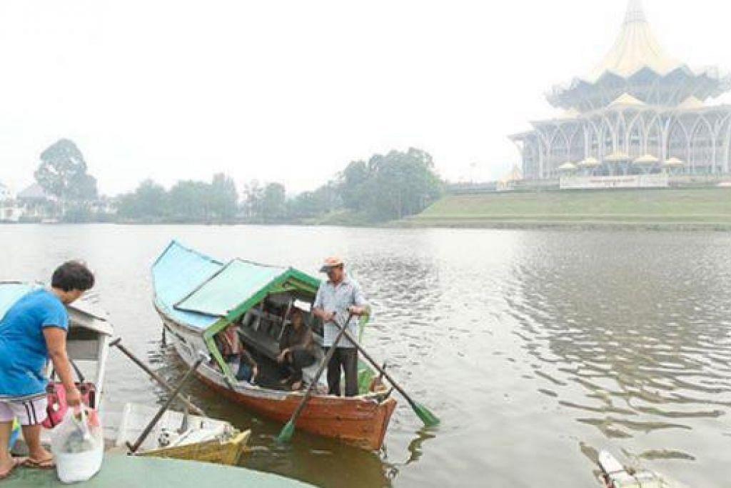 JEREBU MENEBAL: Kawasan selatan Sarawak kelam di selubungi jerebu. - Foto THE STAR