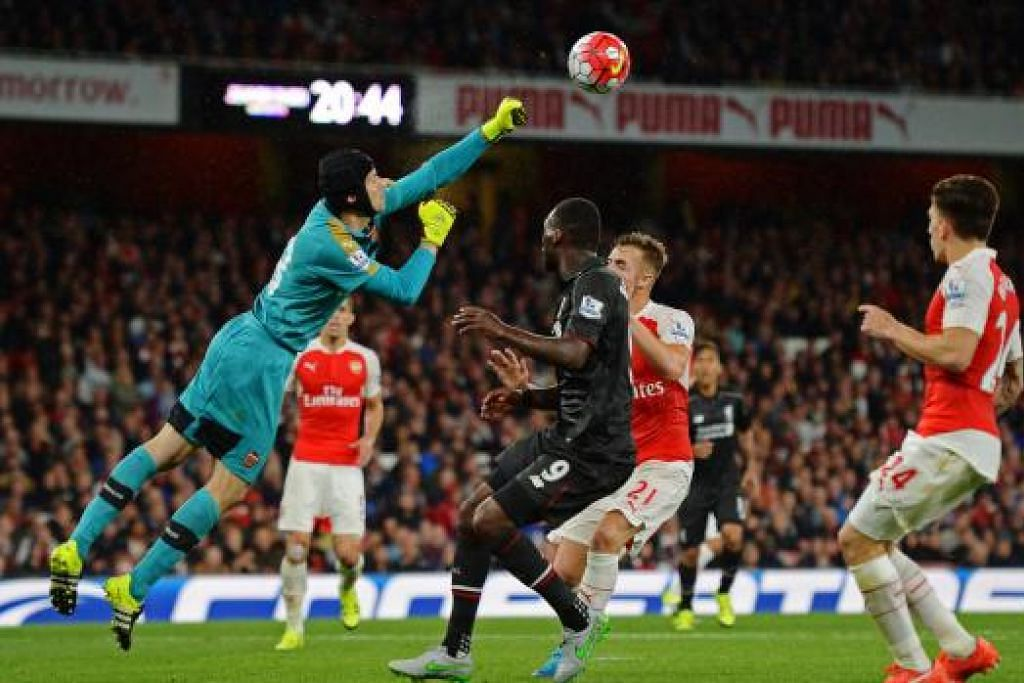 Petr Cech menyelamatkan gawang Arsenal daripada serangan pemain Liverpool, Christian Benteke. Gambar Reuters