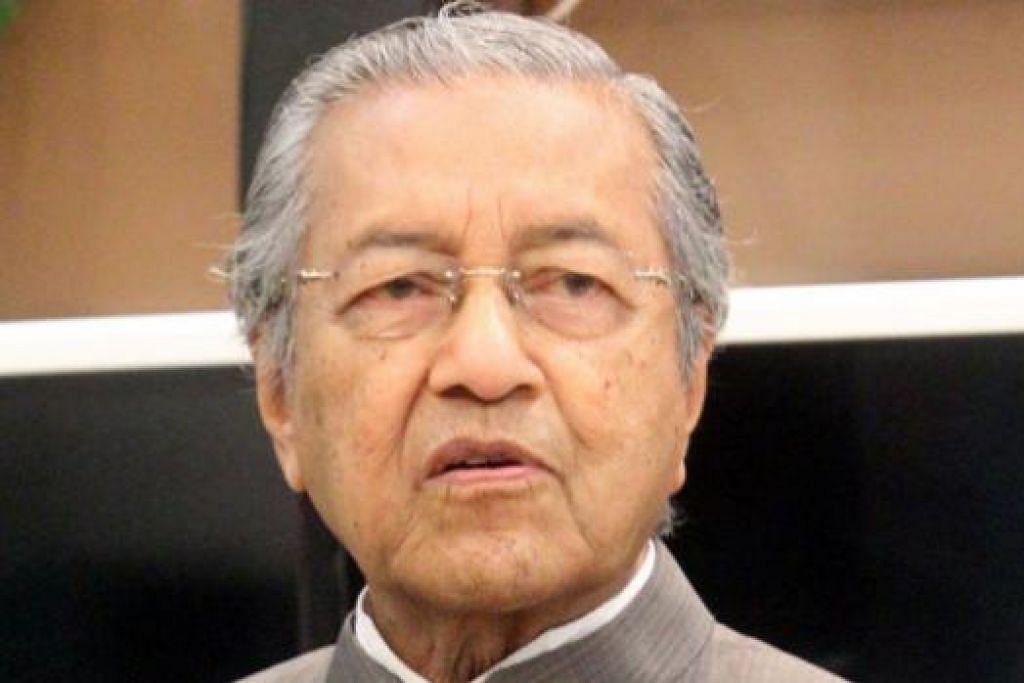Bekas Timbalan Pengarah Cawangan Khas Bukit Aman yang dipindahkan, Datuk Abdul Hamid Bador, mendakwa beliau disuruh pihak atasan bertemu Dr Mahathir untuk meminta beliau melembutkan kritikannya terhadap Perdana Menteri Datuk Seri Najib Tun Razak. Gambar The Star