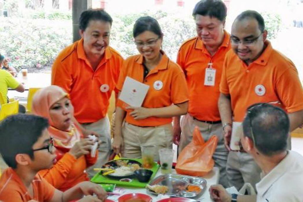 (Dari kanan) Encik Mohamed Fazli Talip, Encik Sebastian Teo dan Cik Hazel Poa bersama seorang lagi anggota NSP, Encik Lim Tean, dalam satu lawatan ke Tampines East 15 Ogos lalu. Kini, Encik Fazli dan Cik Poa telah meninggalkan parti itu. Gambar The Straits Times.