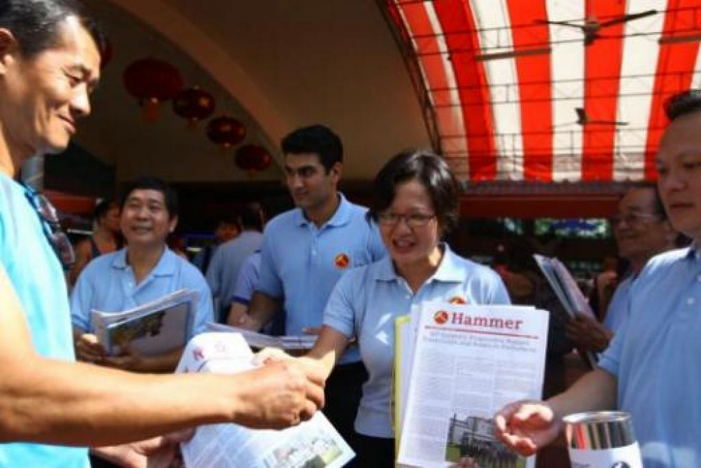 BERSIAP: Pengerusi Parti Pekerja (WP), Cik Sylvia Lim (dua dari kanan) dan aktivisnya mengagihkan risalah parti itu. - Foto THE STRAITS TIMES